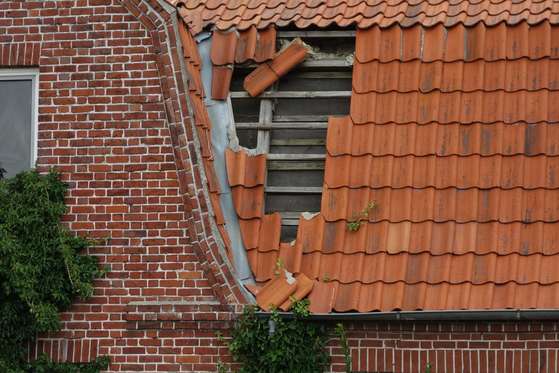 Onverkocht huis - schade door dakpannen en aansprakelijkheidsverzekering AVP - depremievergelijker.nl