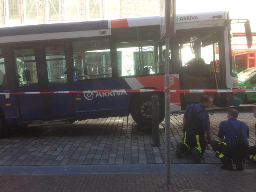 Stadsbus op een poller gereden